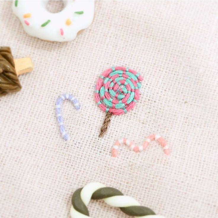 오늘은 수요일 흣 이번주 더더 힘내시라구 막대사탕 놓고 갑니다 총총🍭🍬 - - - - - - #멘티자수_스티치연구중 #프랑스자수#멘티자수#손자수 #사탕#군것질#candy #embroidery#刺しゅう#刺绣