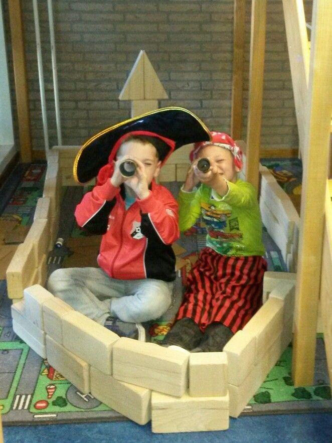Een piratenschip in de bouwhoek.