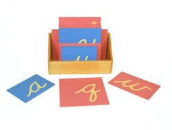 Szorstkie litery - małe litery, pismo odręczne. Pozwalamy dziecku poznać literę zmysłem dotyku, wzroku i słuchu. Wodzimy palcem po literze w kierunku jej pisania, jednocześnie wymawiając ją tak jak ona brzmi np. cyyyy, a nie ce. Następnie dziecko wodzi palcem po literze wymawiając jej nazwę. Na początku warto wprowadzić samogłoski i tylko kilka spółgłosek. Litery można wykonać samodzielnie ze sklejki i drobnego papieru ściernego. Polecamy, świetna metoda uczenia pisania i czytania