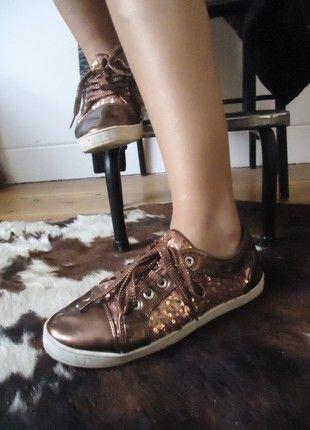 À vendre sur #vintedfrance ! http://www.vinted.fr/chaussures-femmes/baskets/54209566-baskets-de-ville-paillettes-effet-cuivredore-vernies-taille-39