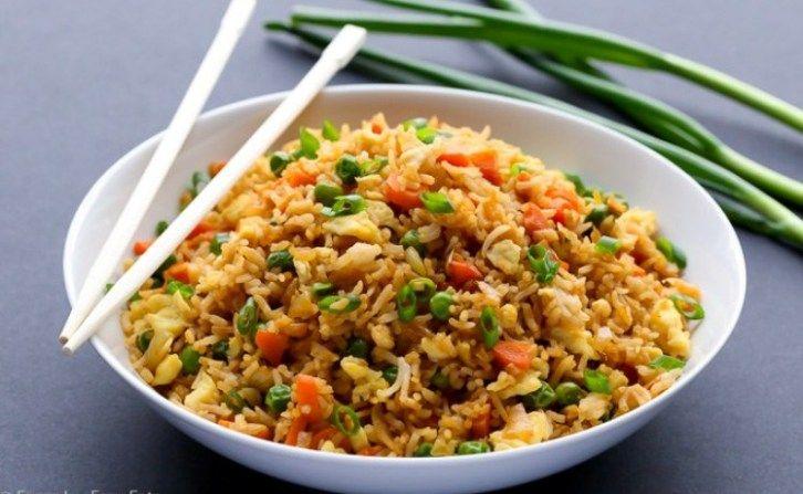 El arroz chino, también conocido como arroz frito, es uno de los platos más populares de la gastronomía asiática. Se suele servir como acompañante de carnes, verduras al grill o como un principal. Aunque es mucho más cómodo ordenarlo a domicilio, también puedes prepararlo en casa. ¿Interesada? Continúa leyendo… Primero debes saber que el arroz …
