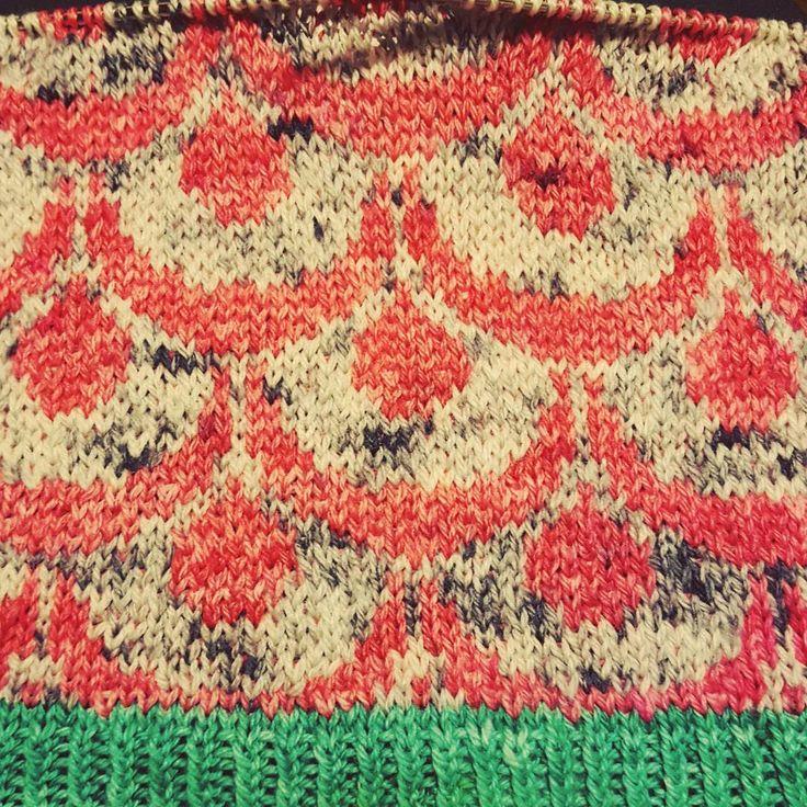 Skrider fremad.  #handdyedbycharlottespagner #handdyed #handdyedyarn #handdyersofinstagram #håndfarvetgarn #knitdesign #strikkeopskrift
