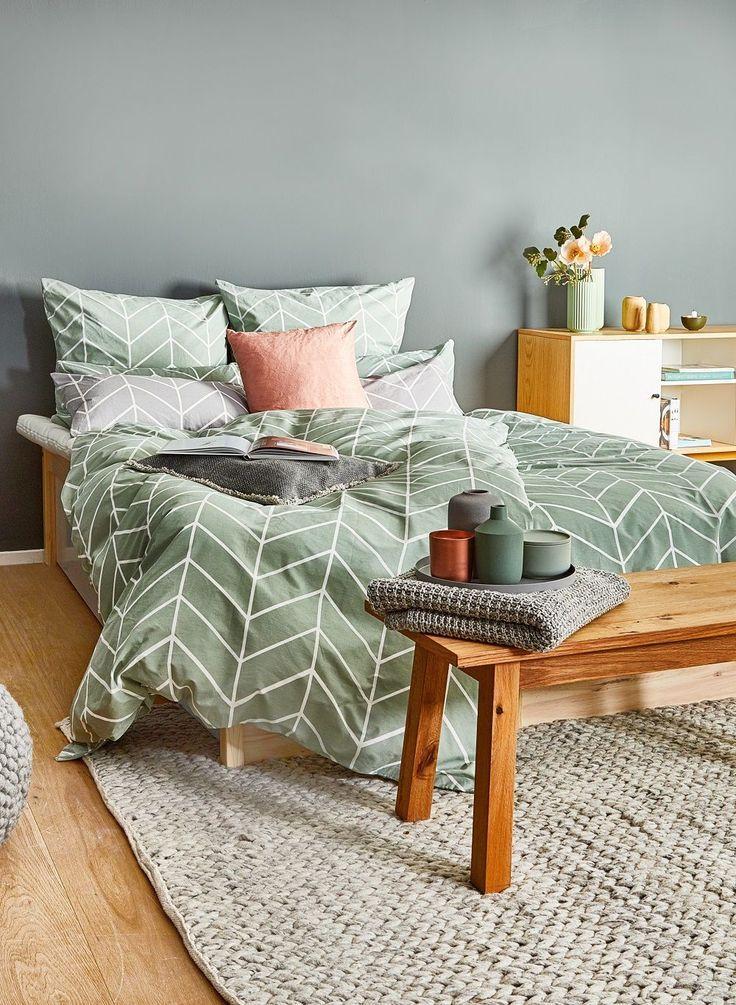 Die passende Interior-Farbe für einen Scandi-Look im Schlafzimmer? Auf jedenfall MINT! Die Renforcé-Bettwäsche Lynn sorgt für Frische und sanfte Träume. Kombiniert mit kuscheligen Kissen, einer Holzbank im nordischen Design, frischen Blumen und ganz vielen tollen Scandi Accessoires ist der Look perfekt! // Schlafzimmer Bettwäsche Ideen Trendfarbe Farbe Mint Teppich Bett Kssen Bank Deko Dekoration Skandinavisch#Schlafzimmer#Skandinavisch #Deko#Bettwäsche #Bett#SchlafzimmerIdeen#GuteNacht