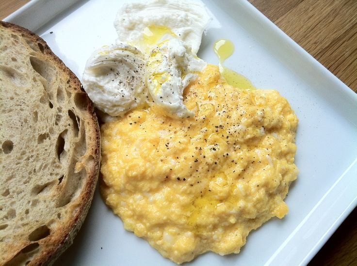 yumurta ilahi bir gıda. her çeşidini, yağda, çırpılmış, menemen, sucuklu, az pişmiş-sulu-ekmekli, rafadan… hepsini severim. ama örneğin omlet dışarıda asla yemem. otellerde, cafélerde, hiçbir…