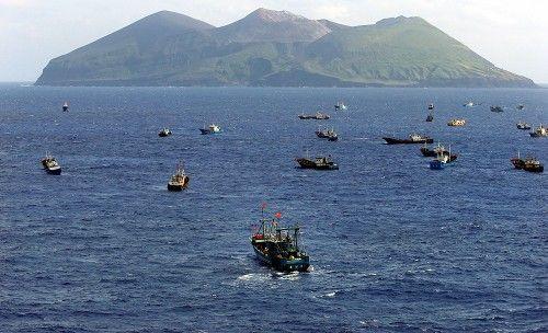 伊豆諸島の鳥島(奥)沖で漁をする多くの中国漁船とみられる外国船。中には中国国旗をたなびかせる船もあった=2014年10月31日午後1時57分、本社機「希望」から小川昌宏撮影 ▼1Nov2014毎日新聞|サンゴ密漁:中国漁船、伊豆諸島まで北上 http://mainichi.jp/shimen/news/20141101ddm001040101000c.html