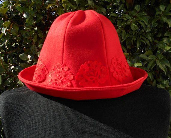 Cappello da donna rosso  con fiori di pizzo