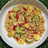 Salade de couscous de blé entier - Délicieuse le jour même et encore meilleure le lendemain, les légumes et le grains de couscous de cette belle salade restent bien croquants sous la dent. Un repas sain et léger !
