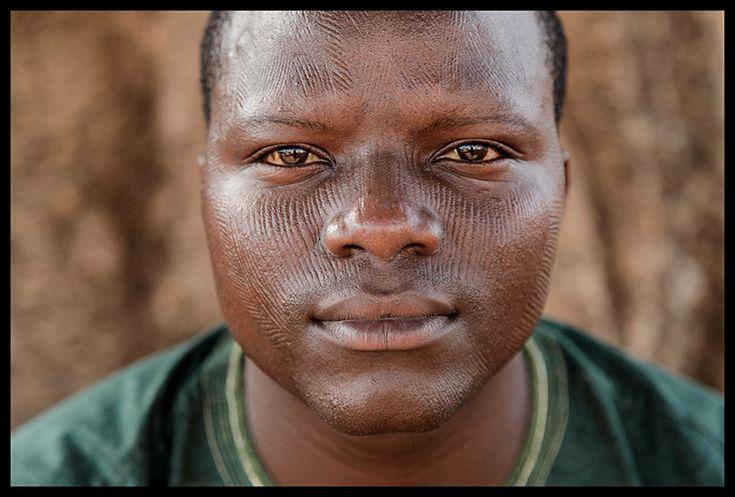 """Télesphore Sékou Nassikou est chef des programmes d'une radio locale dans la ville de Natitingou, dans le Nord du Bénin. Il est fier de ses scarifications, défend cette pratique, et ne veut pas entendre parler d'atteinte aux droits de l'enfant.  """"On ne prend pas l'avis d'un enfant qui ne sait pas parler pour lui donner des comprimés quand on sent qu'il chauffe. On ne prend pas l'avis d'un enfant avant de le baptiser chez les Catholiques ou les Musulmans. On ne prend pas l'avis d'un enfant…"""