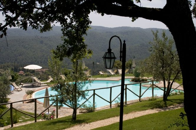 Country House Valdichiana Tuscany - Arezzo 4 stars Hotel Relais, placed on the top of an hill in Valdichiana, the Relais dominates from the high on the entire Val di Chiana. Carefully restored, the medieval village still...http://www.italiaincampagna.com/tuscany/arezzo/hotel/country-house-valdichiana_en.aspx
