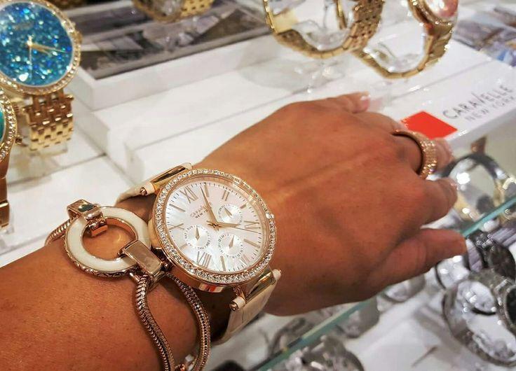 Die Bibby heute bei Styling von Caravelle NY Uhren. Da kann man einfach nicht wiederstehen... Uhr: Caravelle NY, 119,- € Armband: Pippa&Jean, 69,- € jetzt 24,90 € SALE!  http://www.pippajean.com/de/bibby/schmuckstucke/armbander/victory-bracelet.html  #sale #barcelet #PippaJean #armband #uhr #zeit #caravelle #newyork #bulova #accessories #fashion #rosegold #reduced #sonderpreis #günstig #perlmutt #ring #outfit #bibbysays