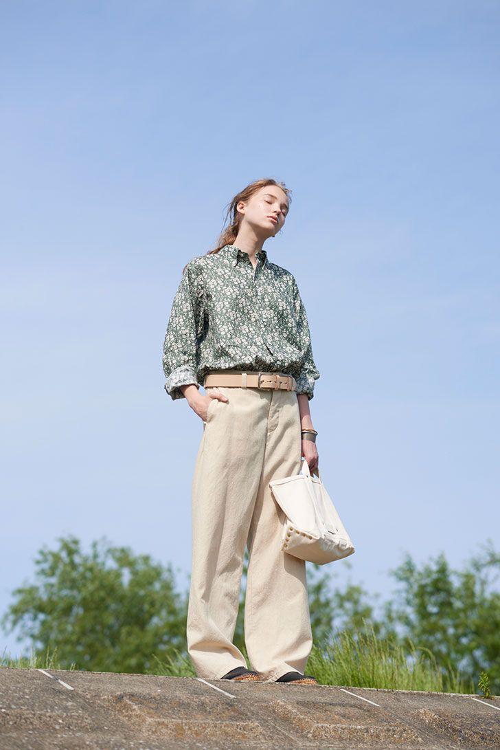 リバティプリントのガーリーなリネンシャツに、適度なハリ感がある《ヤエカ》のワイドパンツをコーディネート。パンツと同色のベルトをキュッと締めて、シャツをタックイン。だらしなくなりすぎないように、革小物でピリッと引き締めるのがコツ。     リネンシャツ¥20000/H/standard 2nd edition(アッシュ・スタンダード二子玉川ライズ店)、ワークパンツ¥46000/YAECA(ヤエカアパートメントストア)、ベルト¥12000/MF Saddlery、太いバングル¥36000、銅色のバングル¥12000、シルバーのバングル¥15000、ゴールドのバングル¥9500/以上すべてStudeBakerM e t als(以上すべてグラストンベリーショールーム)、バッグ¥13800/MASTER&Co.(マッハ55リミテッド)、エスパドリーユ¥17800/HOLIDAY×gaimo(ホリデイ)