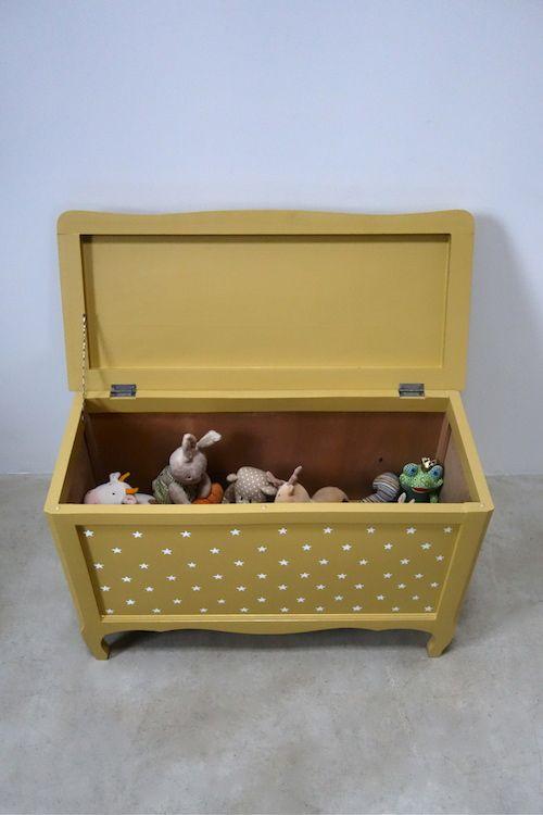 Coffre à jouets Charmantcoffre à jouets en bois rénové. Peint en jaune moutarde clair à l'extérieur, avec de petites étoiles blanches puis verni et laissé en bois brut à l'intérieur. À noter, le t…