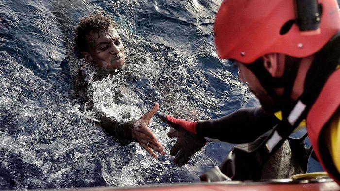 Espanjalaisen kansalaisjärjestön vapaaehtoinen pelastaja nosti siirtolaisen Välimerestä Libyan edustalla.