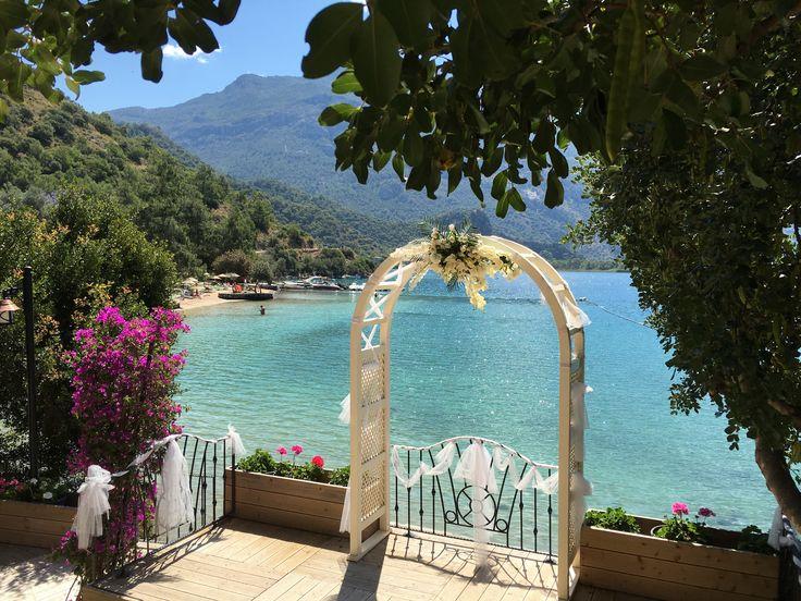 Ölüdeniz'de Blue Lagoon diye adlandırılan yerin arkasında harika bir plaj keşfettim. Yerlilerin bile pek bilmediği plajda yerli ve yabancılar düğün için sıraya girmişler. Ortam gerçekten eşsiz Peki buranın adını bilen var mı? Ölüdeniz Otel Önerilerim: @paradisegardenhotel @oysterresidences @villamandarin @lissiyahotel @seavalleybungalows @turanhilllounge @beyazyunusotel @monta_verde #oludeniz  www.kucukoteller.com.tr/oludeniz-otelleri.html