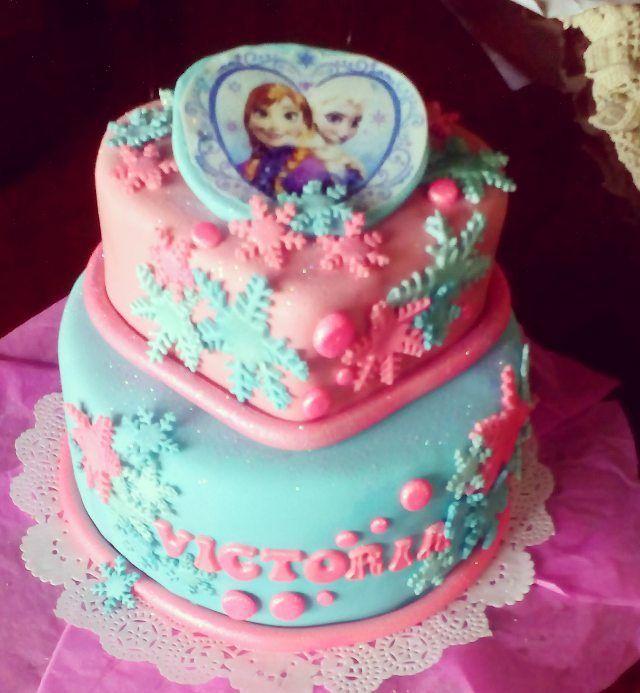 #frozencake ⛄❄ otra de las hermosas tortas de #frozen ❄ esta vez con un hermoso corazon para celebrar el cumple de la princesita Victoria, 2 #tortas #rellenas y cubiertas de #arequipe y #decoradas con #fondant e impresión comestible #bocaditoestrella �� #lovebocaditoestrella �� #delivery ���� en #maturin #monagas #mat informacion al 04249585961 ☎������ #elsayana #Elsa #Ana #nieve #olaf #cumpleaños #cumple #dulcesmaturin #dulcedeleche #ventasmonagas #ventasmaturin #rosado #fiesta #partytime…