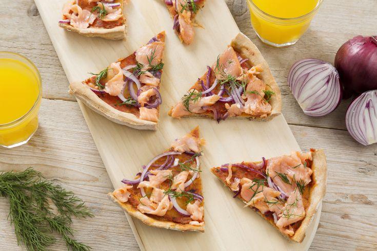 Beleg je pizza eens met zalm, rode ui, dille en rucola voor een heerlijk zomerse draai!