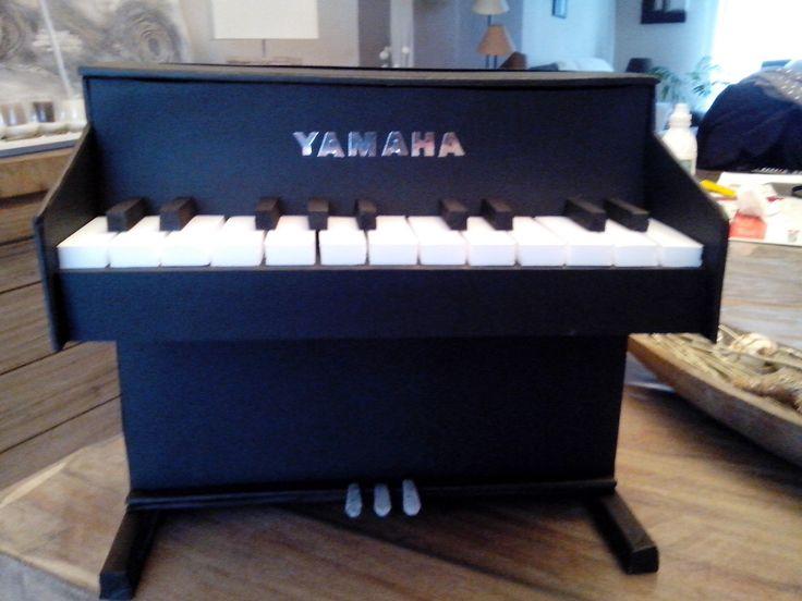 Kicrétou crée vos urnes pour anniversaire, mariage ou tout autre événement sur mesure : voici une urne en forme de piano