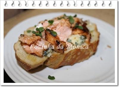 Bruschetta de salmão e gorgonzola