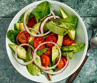 En god avokadosallad är ett hälsosamt alternativ att duka fram på bordet i sommar. I både avokadon och olivoljan kryllar det av nyttiga fetter och efter denna måltid kan du känna dig både behagligt mätt och nöjd. En hälsosam sommar gör kroppen glad!