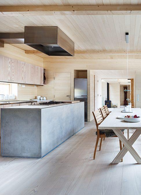 Cocina de cemento. Buena idea esconder la campana extractora en un cajón de madera