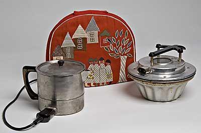 50-luvulla ruuan valmistus helpottui, kun sähkökäyttöiset pienlaitteet yleistyivät.  Kuvassa on sähkövuoka ja sähköpannu sekä pannumyssy.