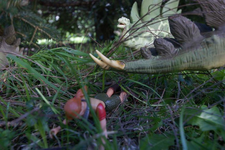 Sarah évite de justesse un coup de queue du stégosaure qui aurait pu lui être fatale !