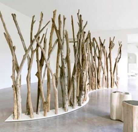 Eine Trennwand aus Ästen ist interessant und bringt ein Stück Natur ins Büro