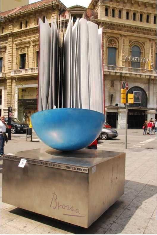 Homenatge al llibre.  L'any 1994, el Gremi de Llibreters de Vell va comanar a Joan Brossa un homenatge al llibre per col·locar-lo a la cruïlla del passeig de Gràcia amb la Gran Via.