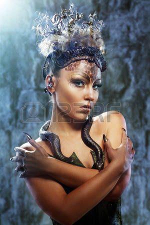 medusa%3A+Gorgon+Medusa+in+kerker.+Jonge+vrouw+met+creatieve+fantasie+kapsel+en+make-up+Stockfoto