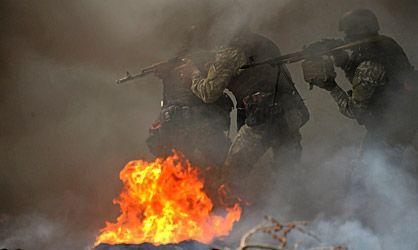 Soldados ucranios ante una barricada en Slaviansk. / K. K. (AFP)