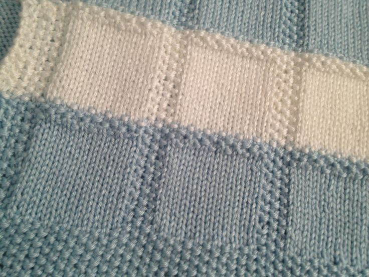 Tejido a mano de medio peso Caron simplemente hilado suave (100% acrílico) en suave azul y blanco colores - dimensiones aproximadas: 35 X largo 25 de ancho - se trata de una manta de bebé más pequeño que sería conveniente utilizar un Moisés, asiento de coche, silla de paseo, o para envolver a un bebé - máquina lavable y dryable (etiqueta de instrucciones de lavado w incluidas, así como una pequeña bola de cada color de hilado de hilo)