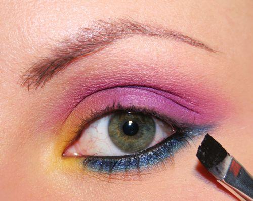 Vuoi un make up fresco, vivace e colorato? Allora prova a riprodurre su te stessa questo trucco viola e blu! Per sapere come fare leggi subito l'articolo!
