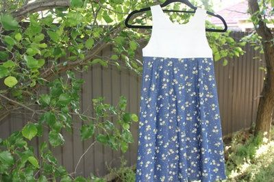 Girls daisy dress, suitable for children aged 7-8. This dress has an elastic back, which makes it comfortable for movement and growth. It is comfortable for summer and looks beautiful on.