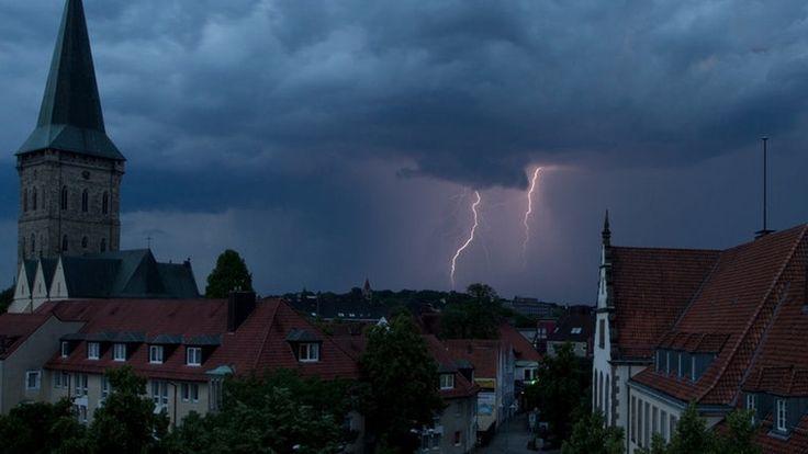 Dunkle Gewitterwolken und Blitze sind gleichzeitig in Osnabrück (Niedersachsen) am Himmel zu sehen. © dpa-Bildfunk Fotograf: Friso…