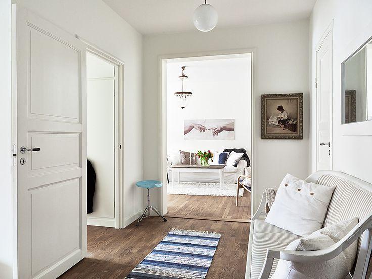 Skandinávský rukopis je v interiéru velmi dobře čitelný. Kromě jednoduchosti je také velmi praktický. Pokud se chystáte pořídit si nové bydlení nebo zrekonstruovat vaše stávající, pak ve svém inspirativním bádání po zajímavých stylech nezapomeňte na severský styl.
