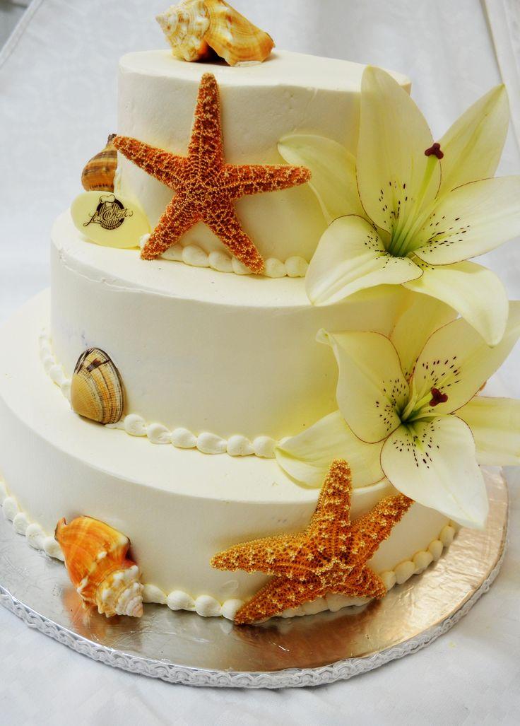 Pastel de boda con decoración para playa y con flores lilis