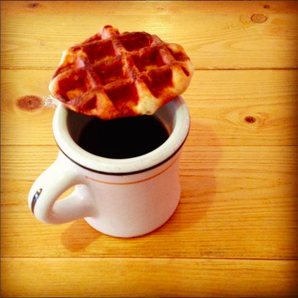 ワッフル片手にコーヒー飲む時はこんな感じのカフェ担当です。#カフェ #立川 #ガレリアサローネ #ワッフル #3時のおやつ #コーヒー #マグカップ #cafe #tachikawa #staff #breaktime #waffles #coffee #mug #havefun #haveaniceday #thankyou