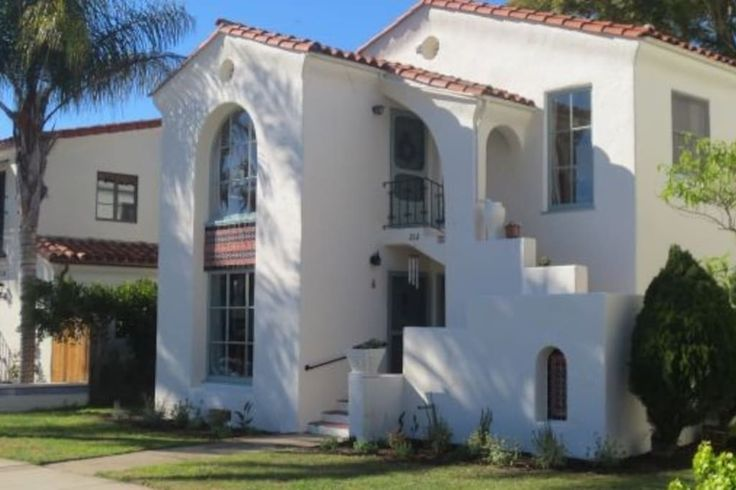 Apartment in Santa Barbara, United States. On a quiet street just a few minute walk to State Street and the beach sits this well-appointed Spanish home. Beautiful, comfortable, elegant, and loaded with charm. This property is a luxurious and relaxing retreat in the heart of Santa Barbara. ...