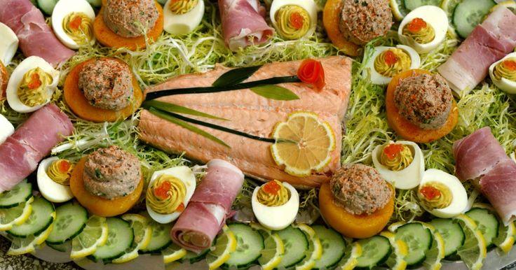 Een klassieke koude schotel met zalm Belle Vue, zoals we hem vaak zagen op familiefeesten. Ook de perzik gevuld met tonijn, ham met asperges en opgevulde eitjes lagen zeker en vast klaar. Een mooie schotel om trots op te zijn.extra materiaal: grote ouderwetse zilverkleurige schotel (rond of ovaal)eventueel: een canneleur of decoratiemesjeeen plastic spuitzakeen gekarteld spuitmondjeeen ijsschep