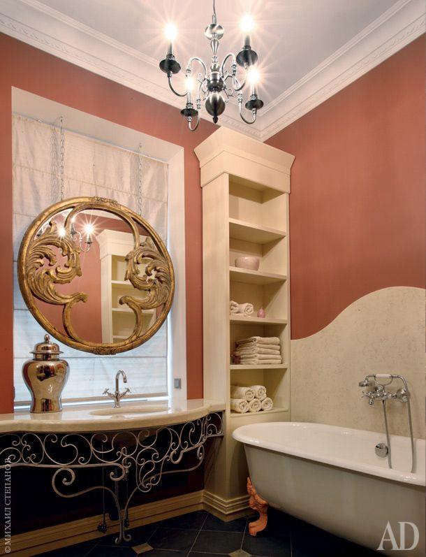 """Хозяйская ванная задумана как совершенно женское пространство. На<br /> полу плитка из сланца Verde Brazil и Quarzite; зеркало, """"Арт-мастер"""";<br /> столешница консоли и фартук ванны из мрамора Perlino Bianco."""