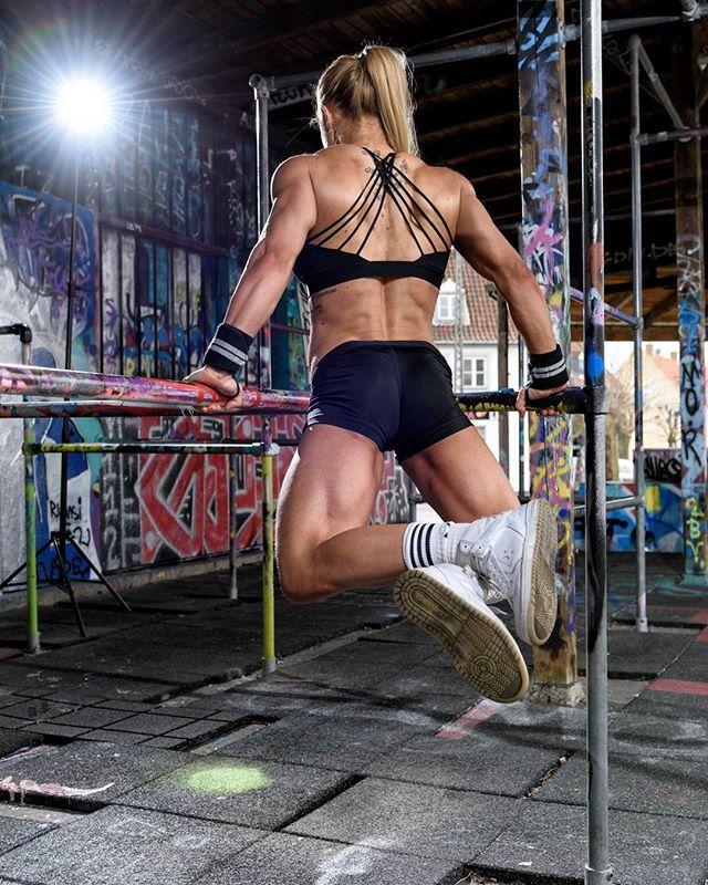 En sjov historie fra et shoot: jeg gør mig altid meget umage for ikke at presse eller lade atleter presse sig selv under shoot. Specielt på diæt. Men....Therese her var IKKE til at stoppe hun har kræfter som få andre piger jeg har mødt og at træne med krops vægt....#noproblemo  With @fitness_vilrik  By @Martzakfoto