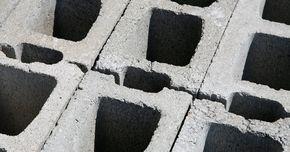 Cómo hacer cimientos para una pared de bloques. Los bloques de concreto son un material de construcción muy común para una gran cantidad de proyectos al aire libre, como paredes y construcciones como garajes y cobertizos para herramientas. Sin embargo para que aún la pared más simple sea lo suficientemente rígida como para soportar su propio peso, debe tener los cimientos apropiados. Los ...