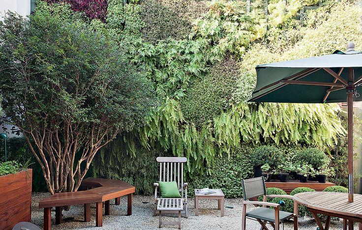 Um jardim completo com jabuticabeira e horta era o sonhos dos moradores. O desafio: arranjar espaço para tudo em 40 m². O paisagista Gilbert...