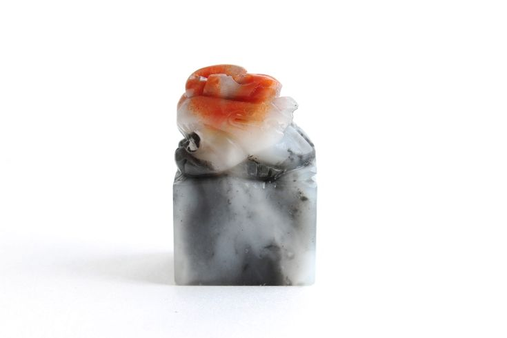 If you are looking for a small Seal Stone, this is the one we would recommend you! Having a Pixiu on the top, this Seal Stone is soft which makes it easy to carve.  Base (Carving area): 0.98 in x 0.67 in / 2.5 cm x 1.7 cm