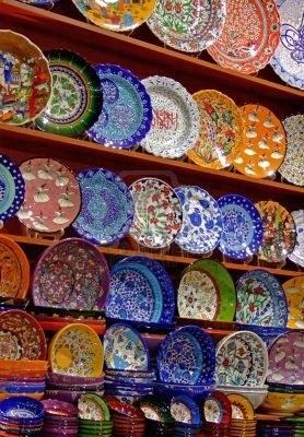 -stelletje-kleurrijk-aardewerk-ambachten-in-de-winkel