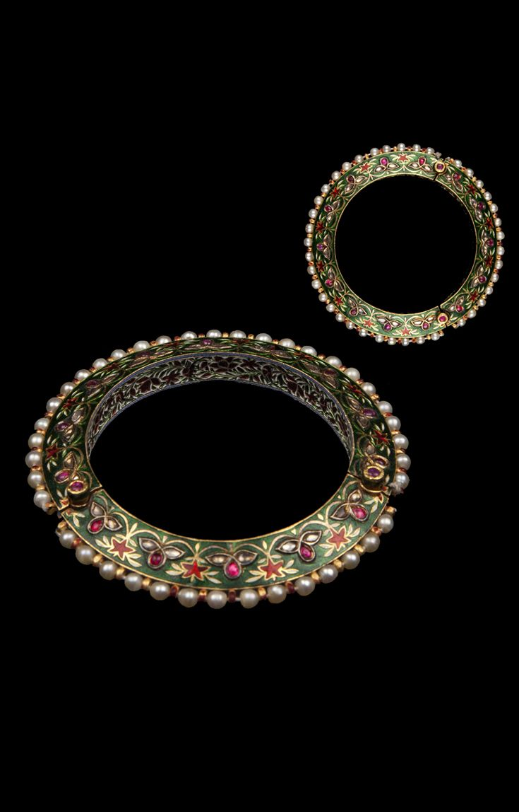 North India - Lucknow | Mughal bangle; enamelled gold, inset in the Kundan technique with flat-cut diamonds and mounted with Basra pearls. | ca. 18th century