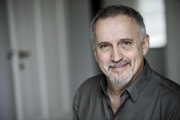 Forfatter Jussi Adler-Olsen (f. 1950) begyndte i 1990'erne at skrive romaner efter en alsidig karriere som bl.a. forlagsdirektør, chefredaktør, filmkomponist på Valhalla-tegnefilmen og boghandler.