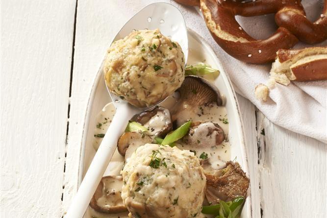Brezenknödel mit Pilzragout - Wenn im Sommer unser Körper nur leichte Kost verlangt, freuen wir uns im Herbst auf sättigende Gerichte. Vor allem Knödel mit Pilzen liegen dann hoch im Kurs.