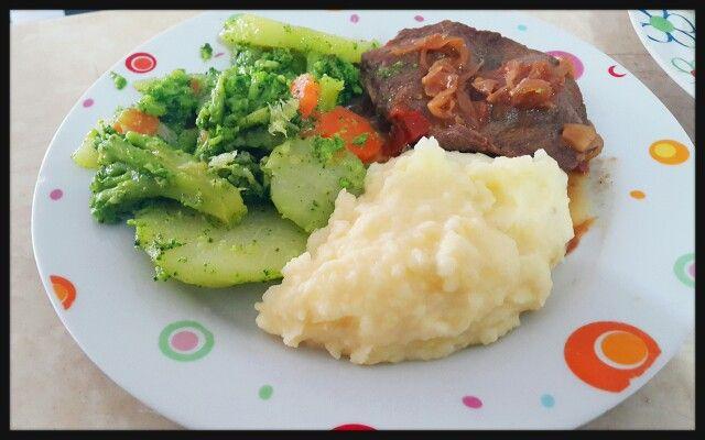 Almuerzo light! Vegetales hervidos tayota, brocoli y zanahoria con pure de papa y carne en bistec