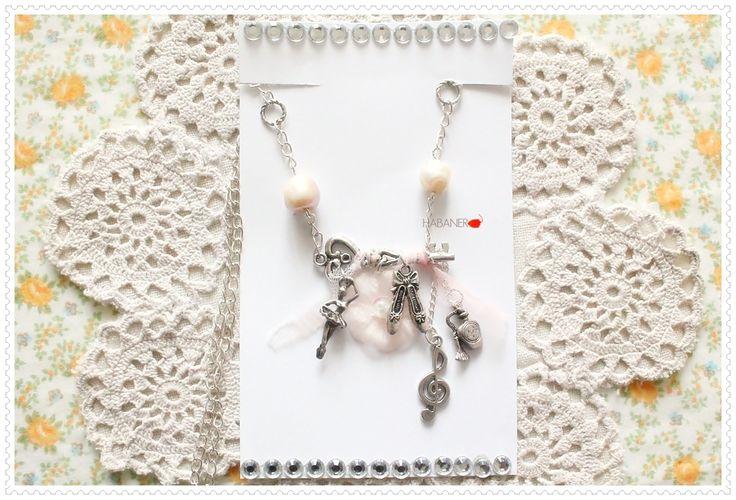 ➲ [Collana \\ regolabile] Catenina color argento. Chiave avvolta con velo rosa. pendenti in argento tibetano, ballerina, punte, chiave di violino e boccetta di profumo. Fiore rosa in organza. Perle barocche rosa chiarissimo. Catenina regolabile.